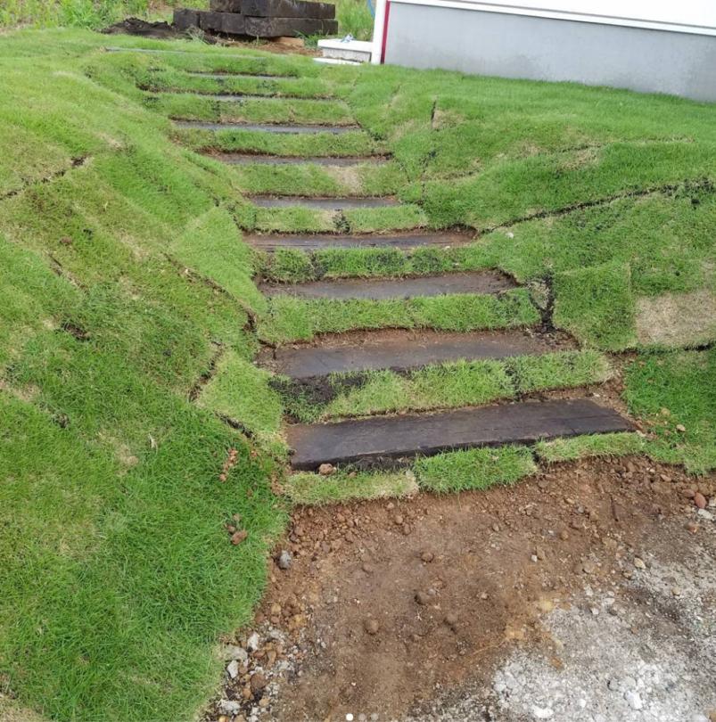 芝生の中に階段が埋まっているような感じの法面の階段