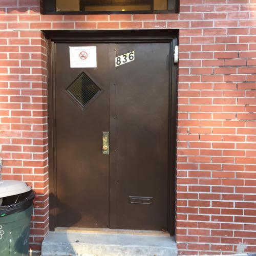 フラットドアに四角い窓がついたドア